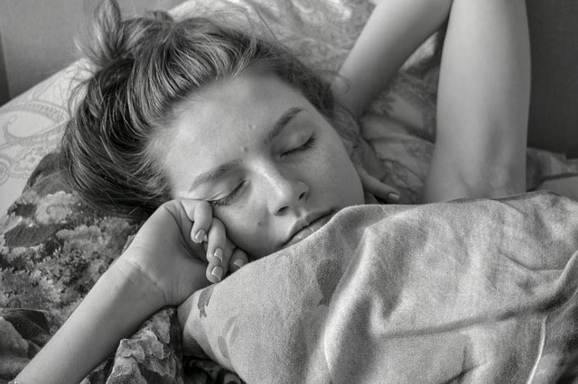 woman-sleeping-in-the-morning