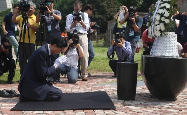 hatoyama-kneels-in-korea